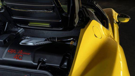 Карбоновые элементы в Alfa Romeo 4C Spider 2016 / Альфа Ромео 4С Спайдер 2016