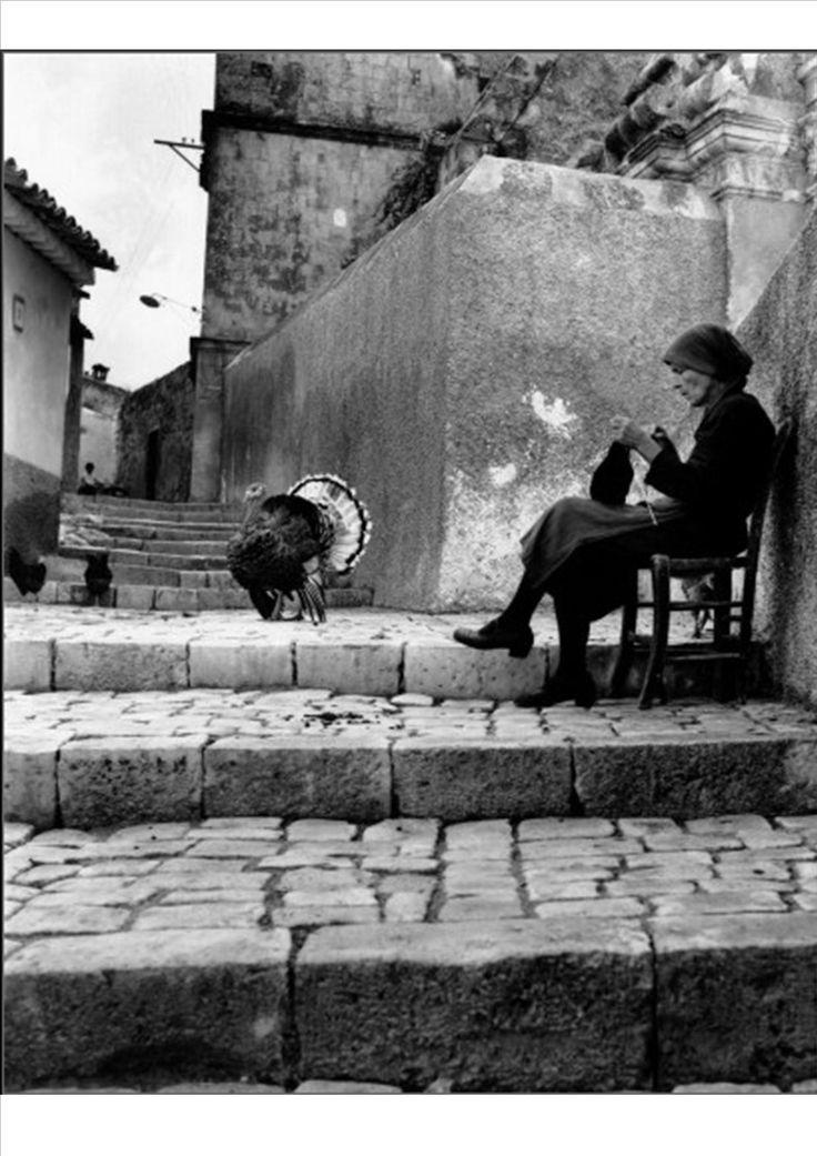 Enzo Sellerio Donna con tacchino in un paese siciliano