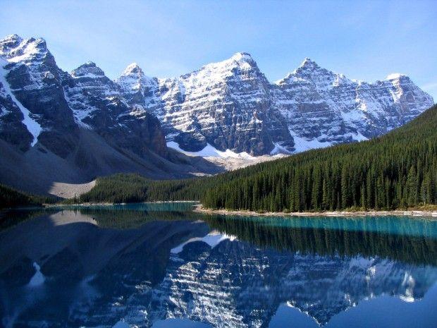 Полюбоваться отражением Скалистых гор в озере Морейн в национальном парке Банф, Канада