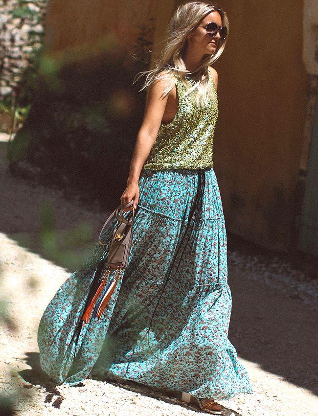 Oui au télescopage entre texture glitter et fleurettes boho ! (top H&M, jupe Chloé - photo The Fashion Guitar)