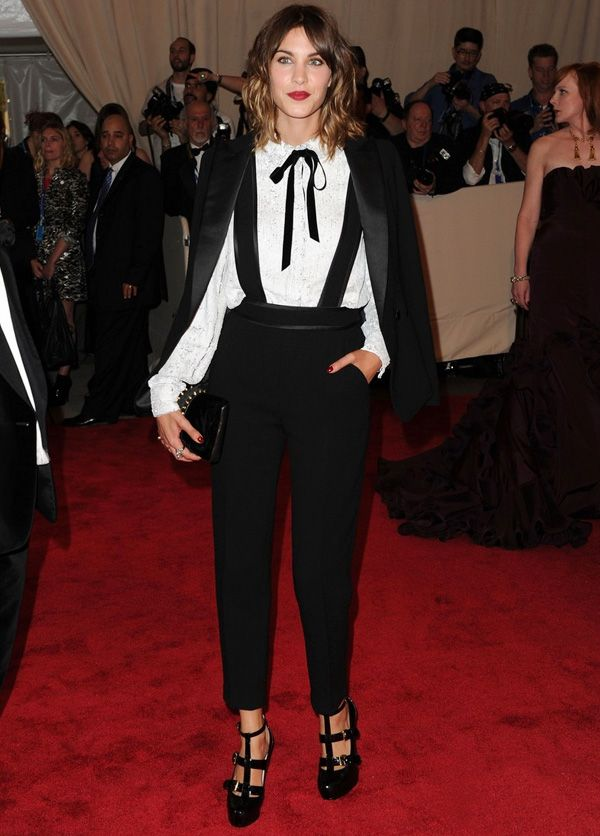Look da it-girl Alexa Chung com suspensório e blazer.