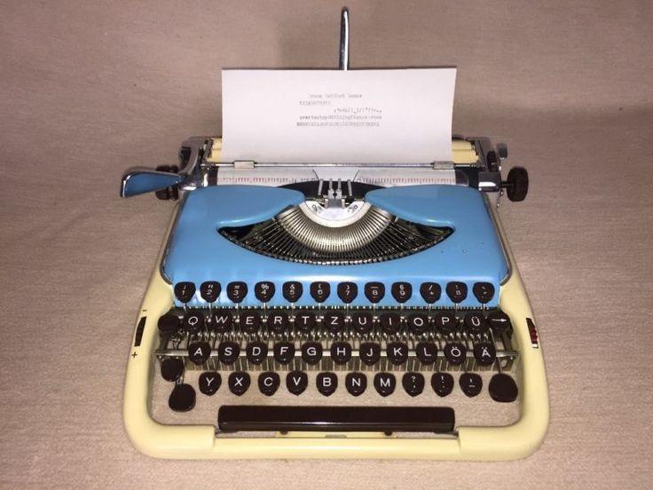 Tragbare kultige Reiseschreibmaschine der Marke Groma,Modell «Kolibri Luxus», Seriennummer A24294, um 1962,Volkseigener Betrieb Groma Schreibmaschinen, Markersdorf, DDRDie Schreibmaschine befindet sich für ihr Alter in einem gutenZustand und ist funktionstüchtig. Sie weist Gebrauchsspurenwie kleiner Abrieb und leichte Kratzer, siehe Fotos. Originalkoffermit Koffer-Reißverschluss, Bedienungsanleitung und Farbbandsind mit dabei. Eine der beliebtesten Kult-Modelle des Schriftstellersund Ikone…