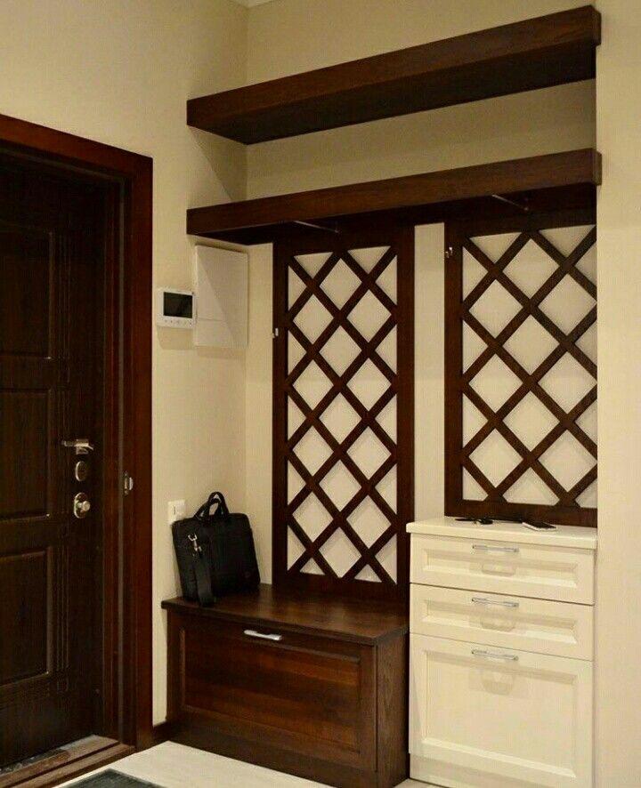 Прихожая с коричневой и белой мебелью. Стиль классика, Прованс. Вешалки для одежды