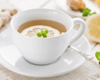 Infusion dépurative thé vert-gingembre-citron : http://www.fourchette-et-bikini.fr/recettes/recettes-minceur/infusion-depurative-vert-gingembre-citron.html