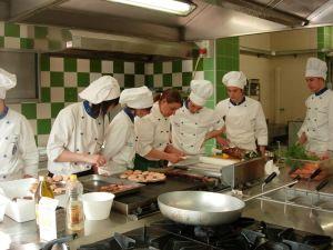 http://www.reportcampania.it/news/a-scuola-svolta-su-cibo-e-turismo-dimezzati-aspiranti-tute-blu-e-ragionieri/