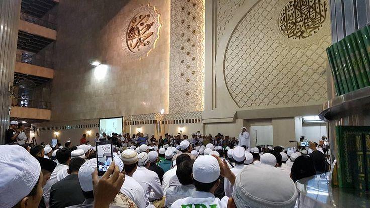 Doakan Jakarta Dipimpin Muslim Puluhan Ribu Umat Islam Hadiri Silaturahim Akbar di Masjid Istiqlal  JAKARTA (SALAM-ONLINE): Puluhan ribu kaum Muslimin memadati Masjid Istiqlal Jakarta Ahad (18/9) siang untuk mengikuti Silaturahim Akbar yang dihadiri oleh sejumlah ulama dan tokoh nasional.  Acara yang dimulai bada shalat Zuhur itu selain berdoa agar Ibu Kota Jakarta dipimpin oleh Gubernur Muslim juga diisi dengan orasi oleh beberapa tokoh.  Acara yang dipandu oleh Ustadz Bachtiar Nasir dan…