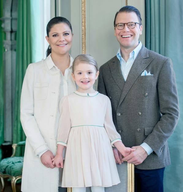 Gemeinsam mit ihren stolzen Eltern Victoria und Daniel posiert die Prinzessin auf Schloss Haga.