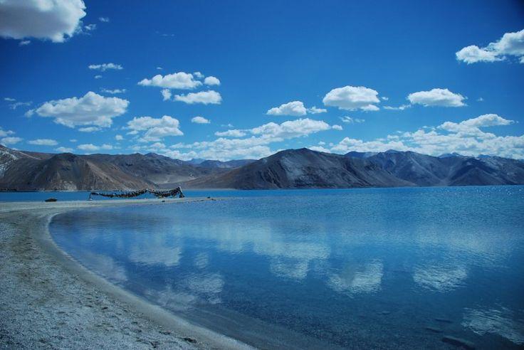 世界で最も高い場所にある塩湖、それはインド北部のラダック県にあります。その湖の名前は「パンゴン湖」。実はインドは豊かな自然環境が魅力の一つですが、ここは特に衝撃的な美しさです。 ● 概要 中国とインドの国境にまたがる、アジア最大級の汽水(海水と淡水が混じり合った水)湖。 中国側は淡水、インド側は塩湖で、周囲は4000〜6000mのヒマラヤ山脈に囲まれています。 全長150kmあまり、面積604平方キロ。最深部で約300m。 富士山よりも高い標高4250mの位置にあり、塩湖としては世界で最も高いとこ...