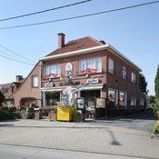 Elckerlyck Inn Hotel Rollegem - Kortrijk  Description: Dit kleine en elegante gezinsvriendelijke plattelandshotelletje ligt in het centrum van Kortrijk dicht bij de E17 autosnelweg en op een klein eindje rijden van het Kortrijk Xpo congrescentrum.Elckerlyck Inn is een charmant hotel met een rustieke ligging. De kamers zijn ruim en bieden een ontspannen ambiance. Er is tevens een privétuin; de ideale plek om te ontspannen.In het typisch Belgische café zult u een groot aanbod van de bekendste…