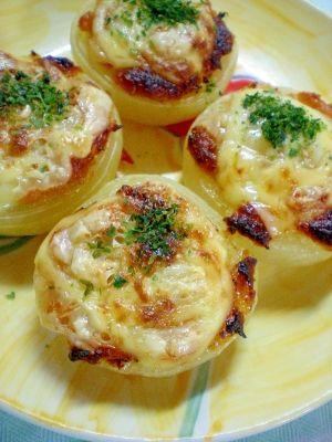 楽天が運営する楽天レシピ。ユーザーさんが投稿した「焼き玉ねぎ~味噌グラタン風~」のレシピページです。あと1品におすすめ!ごはんも進みます!。焼き新玉ねぎ。玉ねぎ,出汁入り味噌,マヨネーズ,スライスチーズ,青のり