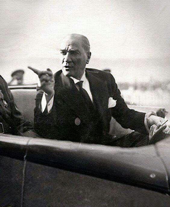 Baktığınız zaman asaleti ve milletine olan güvenini gösterebilen arkasında durabilen ve onları ayağa kaldırabilen tek insan...Mustafa Kemal ATATÜRK ❤️❤️❤️