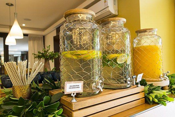 Para receber os convidados, oWe Cook Buffetpreparou ponche de vinho branco, compota de abacaxi e raminho de alecrim. Para as crianças, águas aromatizadascom limãosiciliano, hortelã e flor de mel orgânicaesuco de tangerina, com maracujá e gengibre.