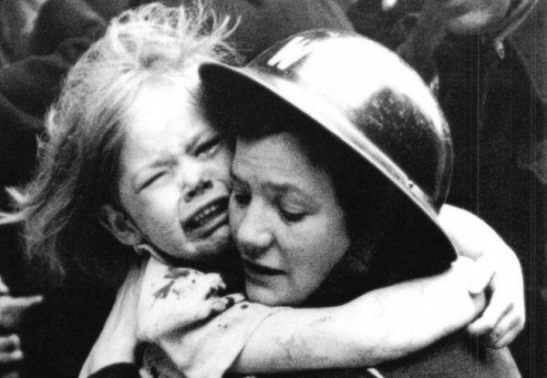 Дети войны -Раненую английскую девочку выносят из-под обломков дома, разрушенного взрывом немецкой ракеты Фау-1