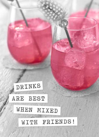 """Nodig je vrienden uit op een originele manier om bijvoorbeeld gezellig wat te drinken met deze vriendschapskaart: """"Drinks are best mixed with friends""""."""