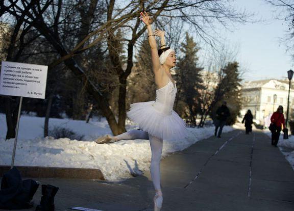 Aleksandra Portiannikova danza a -20 gradi contro le leggi liberticide russe