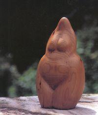beeld van hout in vorm van vrouwenlichaam