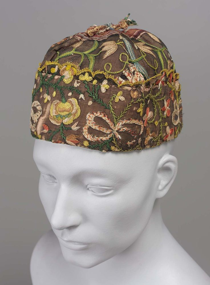18th century, Europe - Embroidered cap - Brown musseline de soie embroidered with colored silks