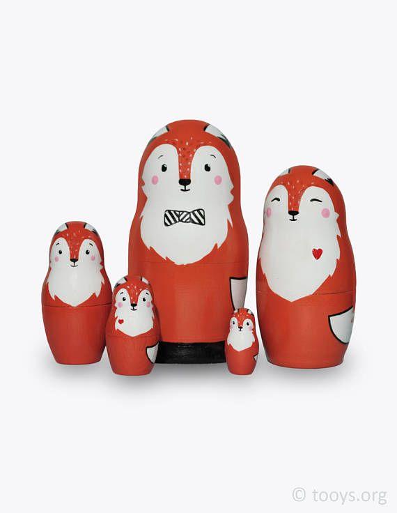 Een frisse kijk op een traditionele ding!  Deze set van Russische nesting dolls zal niet alleen uitgegroeid tot een ongewone en mooie inrichting van de slaapkamer van uw kind, het zal zeker een van de favoriete speelgoed! Kleine kinderen zult openen en sluiten het ook over een pop gestoken door een andere. Oudere kinderen zullen zeker graag spelen met hen als met actiefiguurtjes. Er is een eindeloos aantal verschillende spelletjes en activiteiten die u kunt doen met deze poppen.  Deze set…