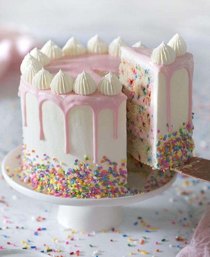 Selbst gemachtes Funfetti-Kuchenrezept, das von Grund auf hergestellt wird, ist sehr leicht zu backen. Perfekt für …
