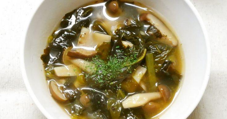 簡単♪小松菜とワカメ、きのこのコンソメスープです! 野菜たっぷりヘルシー、ランチやダイエットにも(^^)☆