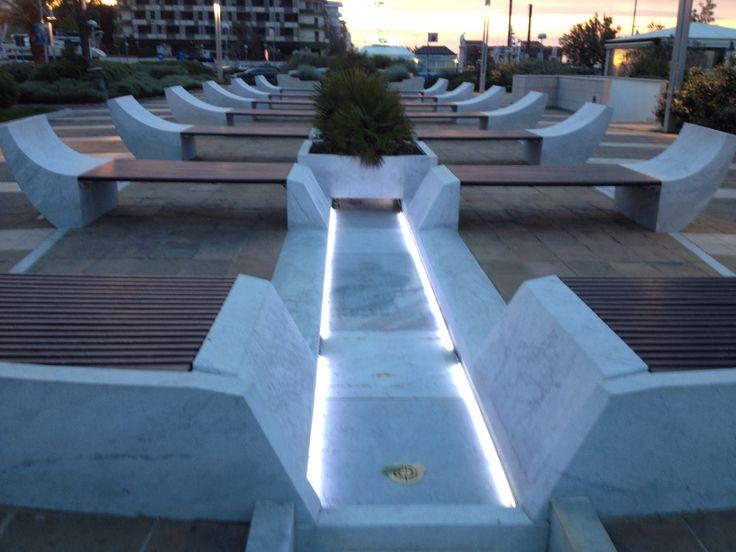 Promenade a Riccione fontana barca con sedute zen, sonorità e luminosità nella notte a fianco il mare Adriatico......relax come in un centro benessere !