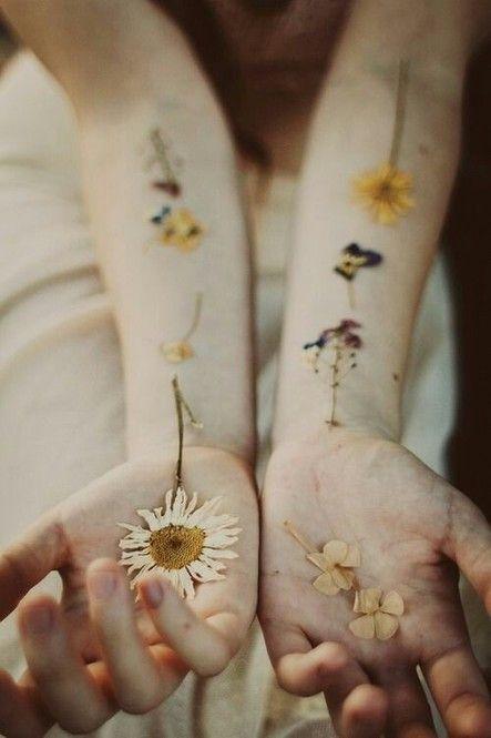 近頃フラッシュタトゥーやヘナタトゥーなどの「消えるタトゥー」が日本でも大流行しています。でも女の子ならもっとカラフルなものでできたらいいな〜という願いが、押し花で簡単に実現できるのです。海外でも少しずつ流行り始めている押し花タトゥーをお手軽にDIYしましょう♡