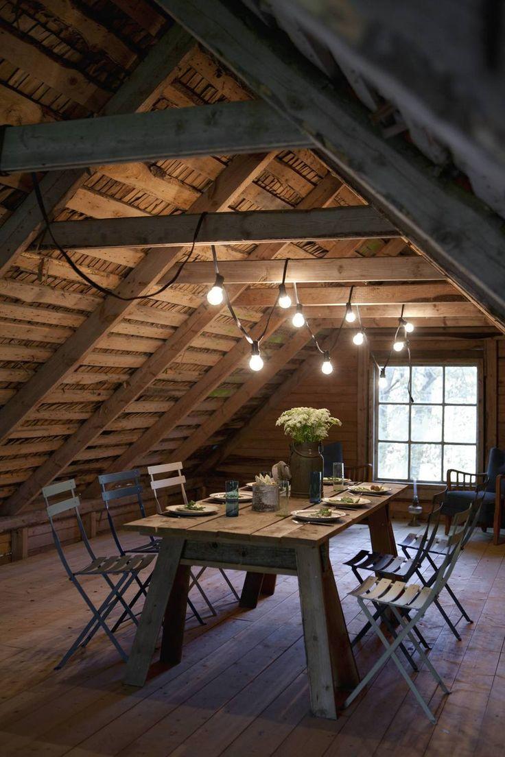 Мансардный этаж: интерьер мечты (60 фото) http://happymodern.ru/mansardnyi-etazh-interyer-mechty-foto/ Мансардный этаж. Уютная простая столовая в деревенском стиле