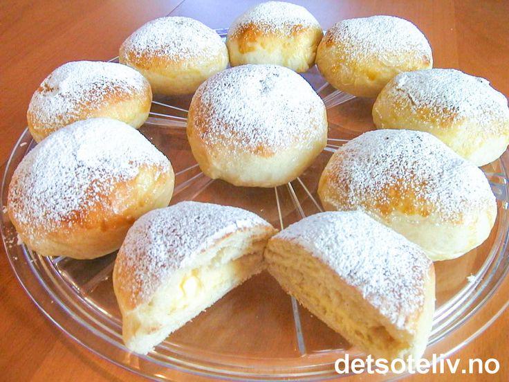 """""""Vaniljekremboller"""" er DEILIGE og myke hveteboller som er fylt med vaniljekrem og drysset med melis. Oppskriften gir 24 stk. Se også oppskrift på """"Drømmeboller"""", som er STORE boller fylt med vaniljekrem."""