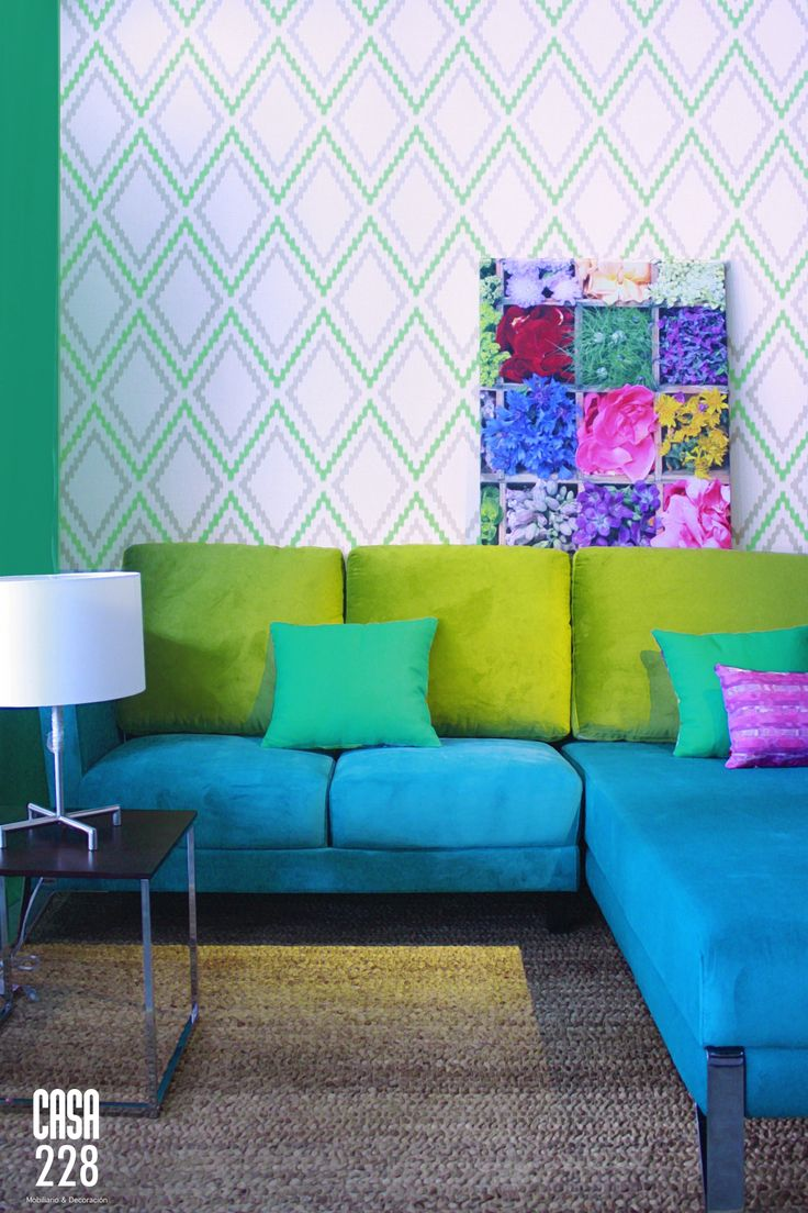 Papel tapiz Boho Chic, Sillón Seccional Praga, Cojines decorativos, Mesa lateral, Lámpara Britelite
