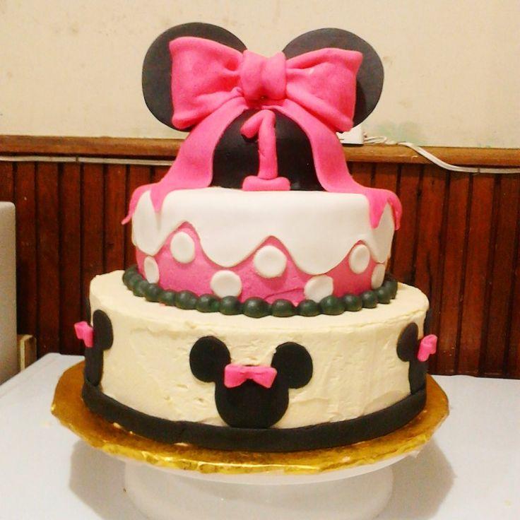 Bello pastel de minnie mouse en betun de.mantequilla y fondant