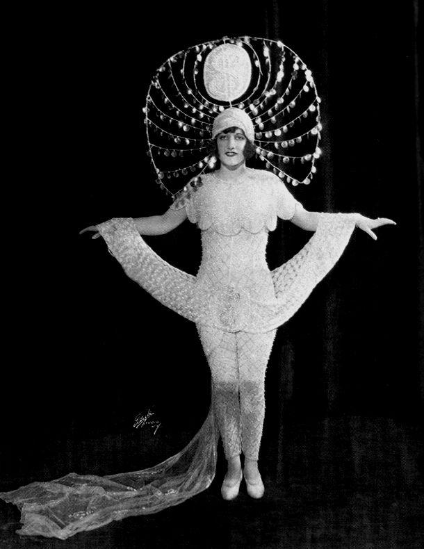 """1924, Billie se escapa de los clubes de striptease de mala calidad y está trabajando en Detroit como corista. Ella por JJ Schubert y se ofrece trabajo mismo lugar en Nueva York. la producción Schubert tiempo se abre, """"Innocent Eyes"""" en mayo, Billie está usando su nombre de nacimiento, Lucille LeSueur. El éxito del programa de Schubert ayuda a Lucille graduado en una producción de Schubert segundos llamado """"El Show de fallecimiento de 1924."""" Esta producción iba a cambiar la vida de Lucille"""