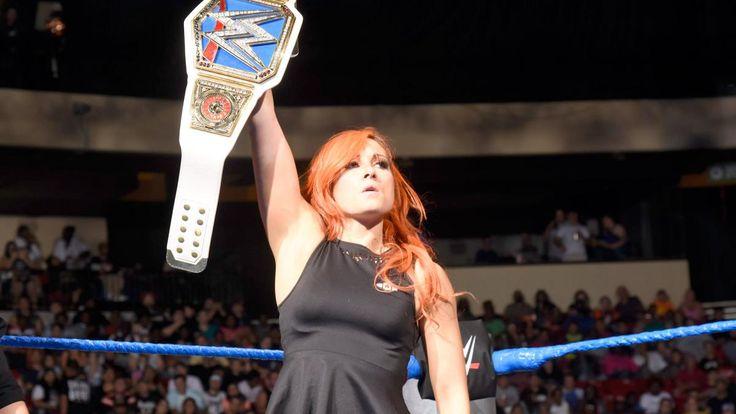 Becky Lynch und Alexa Bliss unterzeichnen einen Vertrag für ihr SmackDown Women's Championtitel Match bei No Mercy: Fotos
