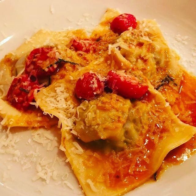 色々な種類のお肉とキノコのラビオリ。  ラビオリは、小麦粉を練って薄くのばした生地の間に、挽き肉や野菜などを入れて包んだパスタとのこと。  鹿、牛、豚、馬を混ぜた挽き肉のジューシーさと、キノコの心地良い風味がとても好相性でトマトの酸味がこの一皿を更に引き立ててくれる  #肉 #きのこ #鹿 #牛 #豚 #馬 #carne #fungi #cerva #manzo #porco #cavallo #トマト #pomodoro #パスタ #pasta #primo #cena #formaggio #italian #イタリアン #美味しい #buono #幸せ #felice #bene