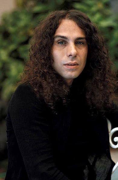 Ronnie  James Dio -\m/   -\m/   -\m/   suo  è il  saluto  tipico  di Heavy   Metal  ovvero le corna  che  stanno  x  Heavy Metal !!!