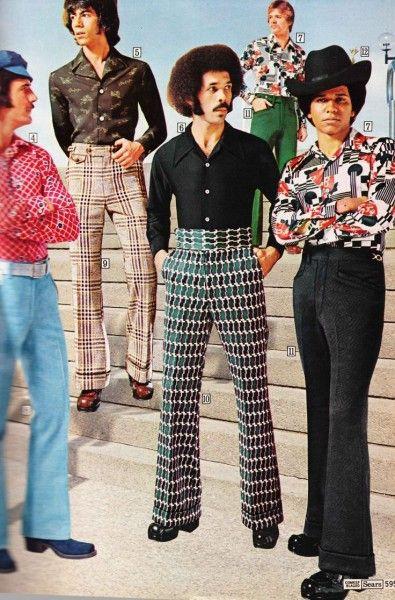 Moda anos 70. No masculino muita estampa, também nas calças que tinham shape boca de sino