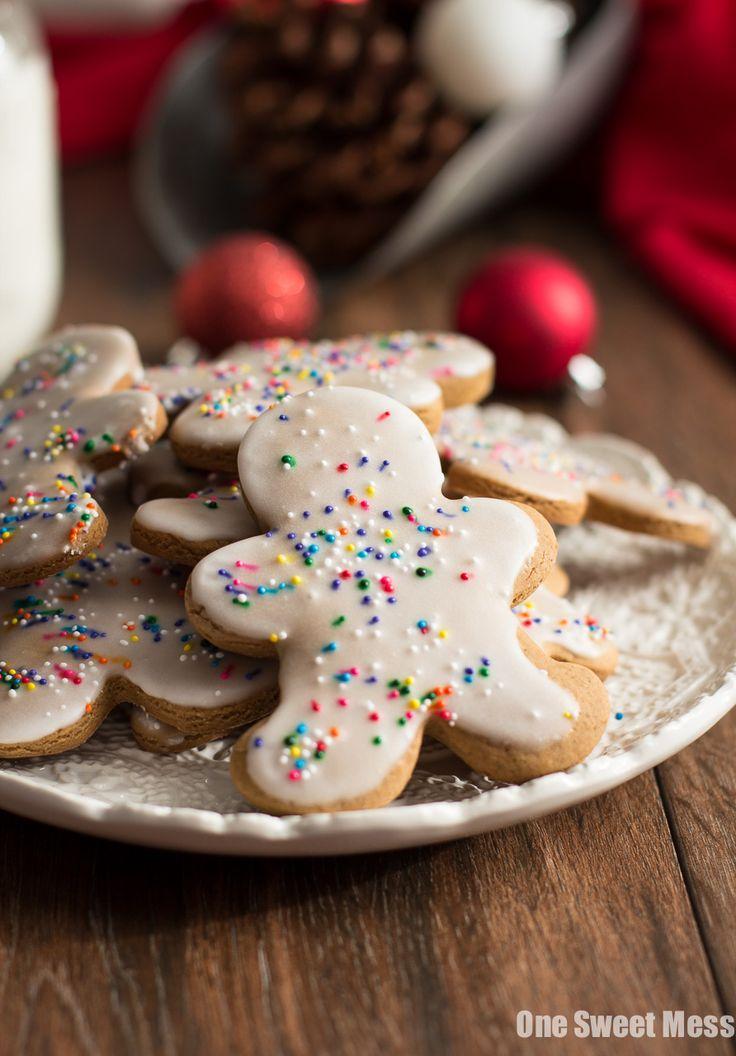 Hombres de pan de jengibre esmaltado: Estas galletas picantes, calientes son fáciles de hacer y comer!  Ellos se sumergen en un glaseado dulce, cremoso y cubierto con fragmentos festivos.
