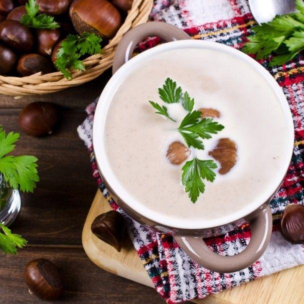 Eine herbstliche Maronicremesuppe aus den schmackhaften Edelkastanien ist genau das richtige bei kühlen Temperaturen. #suppe #maroni #kastanie #edelkastanie #herbst #cremesuppe #vegan #vegetarisch #ohne #kochen #joyaworld #joya