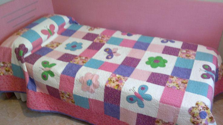 Vista general de la colcha y su cama