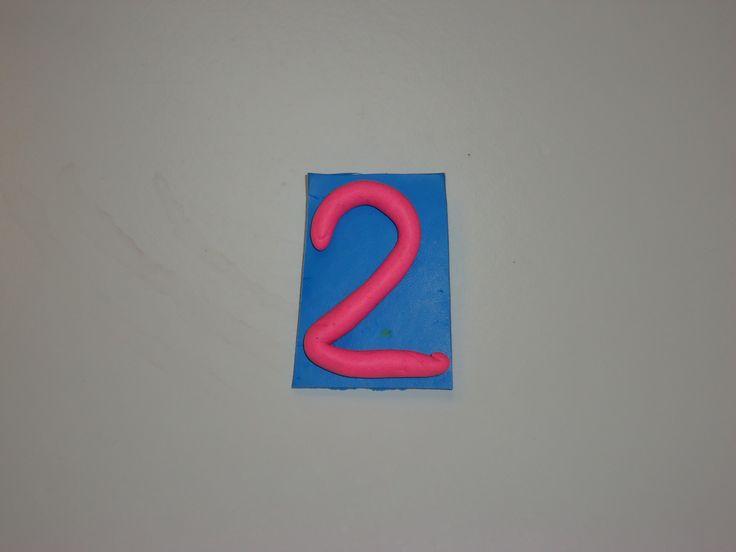 DIY broche verjaardag nummer 2 gemaakt van fimo en speldje achteraan