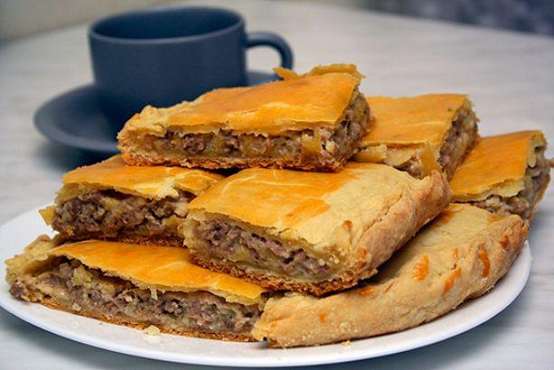 Составляющие этого пирога найдутся в каждом доме. Его приготовление займет всего минут 10, а результат получите превосходный.