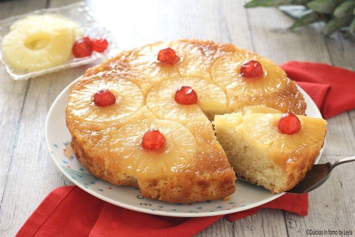 Torta ananas e yogurt rovesciata, un mix tra la Torta allo yogurt e la celebre Torta all'ananas rovesciata. Un dolce allo yogurt facile, morbido e soffice.