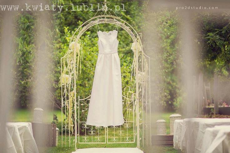 Ślub plenerowy w sadzie - brama i biały dywan fot.Pro2dstudio.com