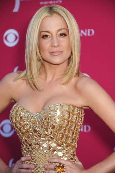 Sleek & sexy blonde shoulder length #hairstyle. Love this color & cut but digging #KelliePickler's currently shaved head!