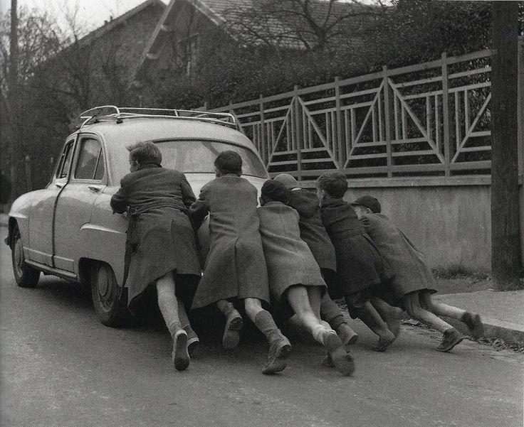 La panne d'essence (Run out of gas) 1955 Robert Doisneau