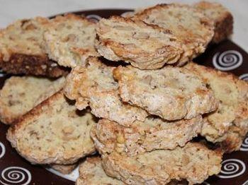 печенье Бискотти выложено на тарелке