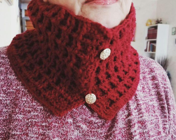 Scaldacollo di lana realizzato a mano con bottoni. È possibile crearlo anche su richiesta. In vendita a 25€. Pagamento con ricarica postepay