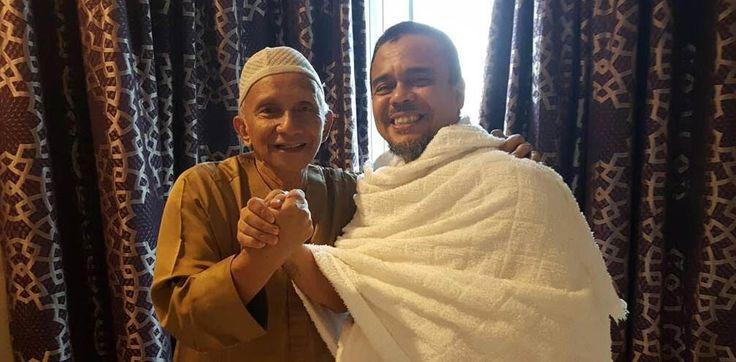 Amien-Rizieq Salam Komando Di Arab  Beredar foto tokoh nasional Amien Rais bertemu dengan Imam Besar Front Pembela Islam (FPI) M. Rizieq Shihab di sela-sela melaksanakan ibadah umrah di Mekah, Arab Saudi. Saat ini, Amien dikait-kaitkan dalam kasus korupsi alat kesehatan dengan terdakwa mantan Menteri Kesehatan Siti Fadilah Supari, sementara Rizieq adalah tersangka kasus dugaan chat mesum bersama Firza Husein. Repro
