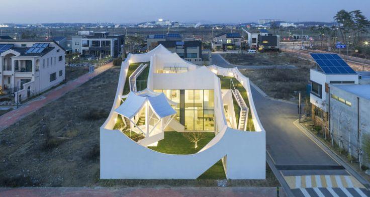 """Dự án có tên gọi là Nhà """"Bay"""" mang một câu chuyện của sự kết hợp kì lạ đến từ Hàn Quốc mà Archinect muốn giới thiệu sau đây. Bước ra khỏi """"máy bay"""" là hòa mình vào với thiên nhiên là ý nghĩa của căn nhà này. Ngôi nhà được thế kế cho một phi công trẻ và gia đình tương lai của anh ấy. Căn nhà nằm trên mảnh đất thuộc khu đô thị mới phát triển nằm gần sân bay Incheon. Công ty kiến trúc IROJE KHM Hàn quốc tâm sự rằng, họ thiết kế căn nhà này kết hợp dựa trên đặc điểm kiến trúc ..."""
