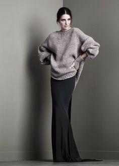 Mooi dat sluike silhouet van de rok, met het ruige van die trui. Ja ook mooi als je steviger bent dan dit model.