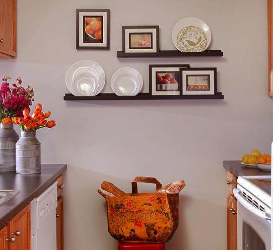 Декорировать стены кухни одно удовольствие. Покрасьте полки в контрастный стенам цвет, разместите на них тарелки и несколько фоторамок. Оригинальный декор готов! #рамка #багетнаямастерская #фоторамка #рамканакухню #багетнаямастерскаяВиртуоз